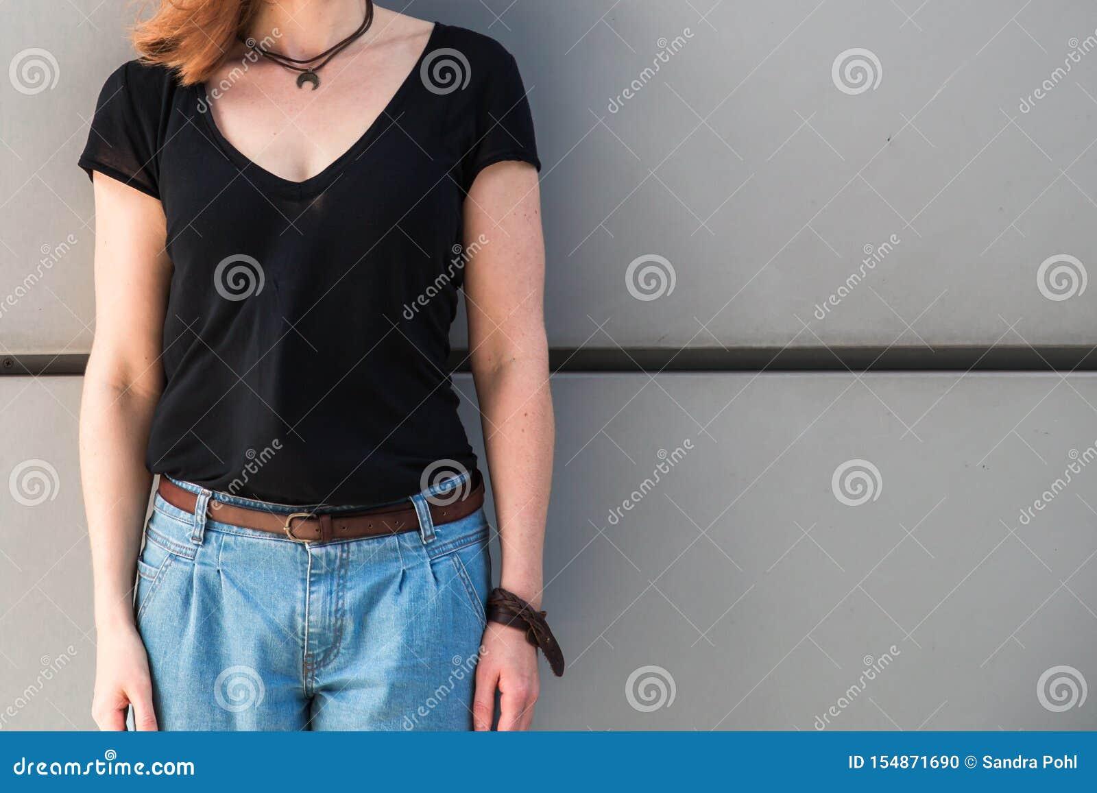 Kvinnan står framme av en vägg