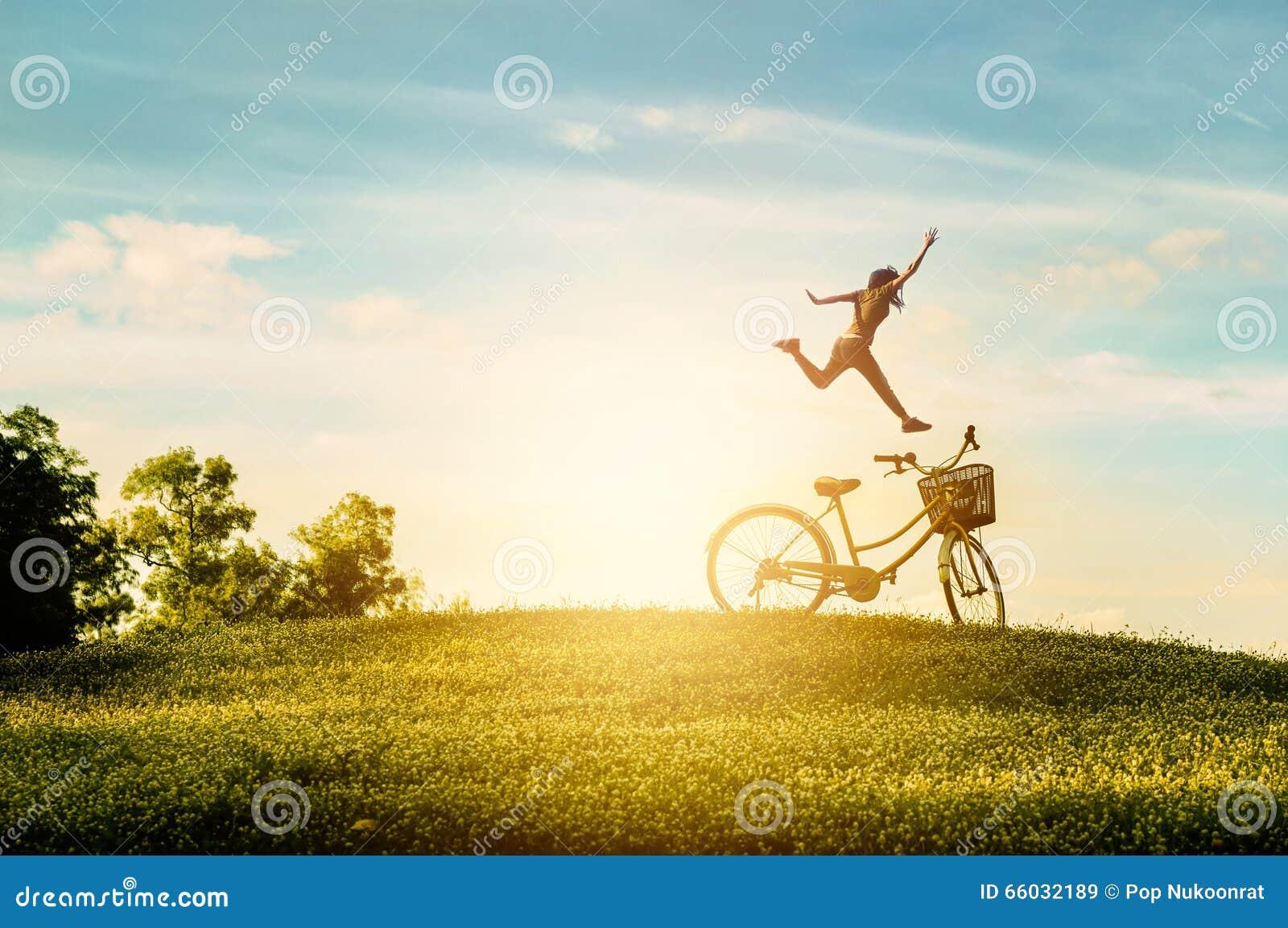 Kvinnan tycker om ferie i parkera Hon hoppade med lycka