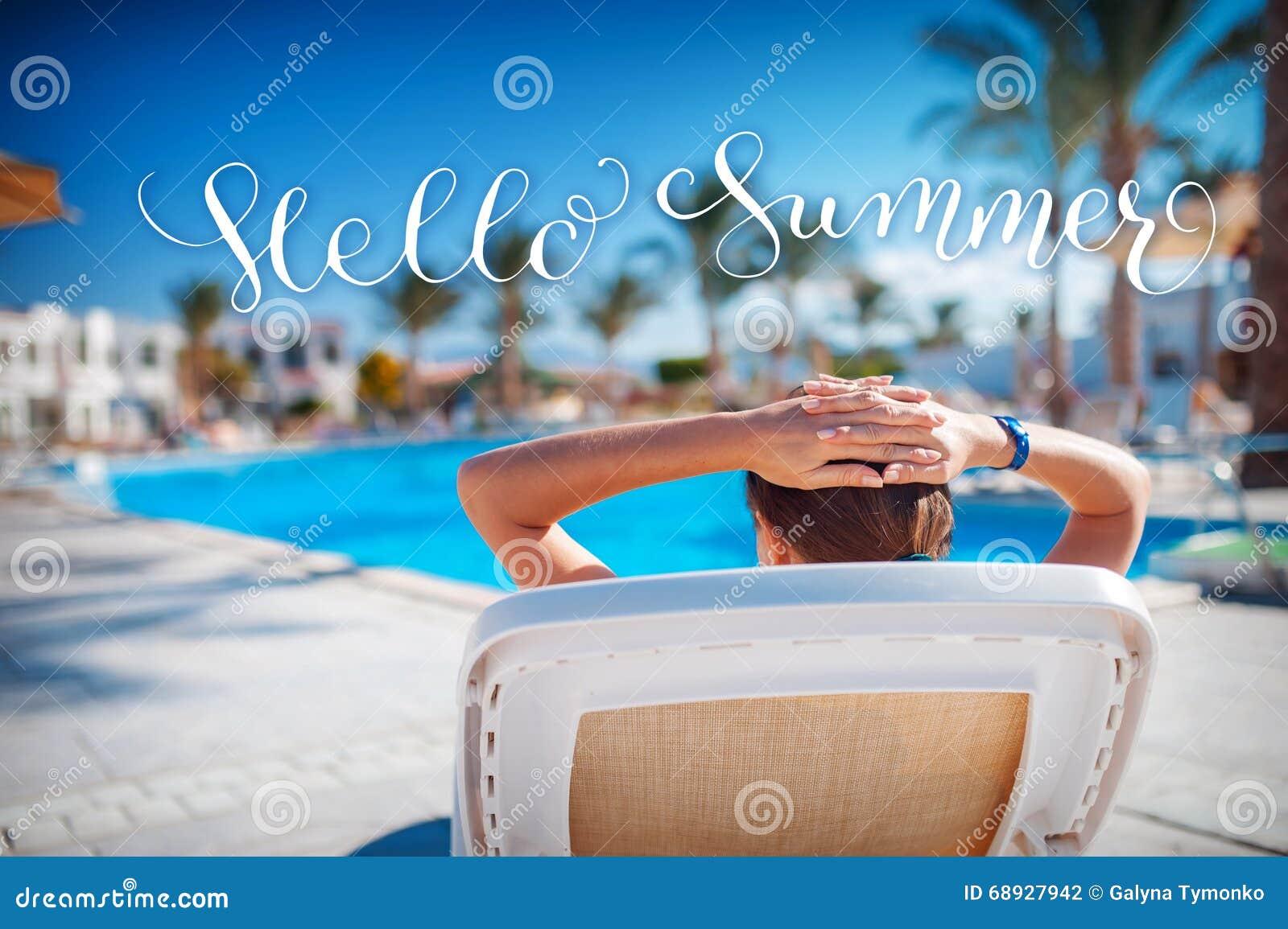 Kvinnan vilar på en dagdrivare, och vit märker Hello sommar