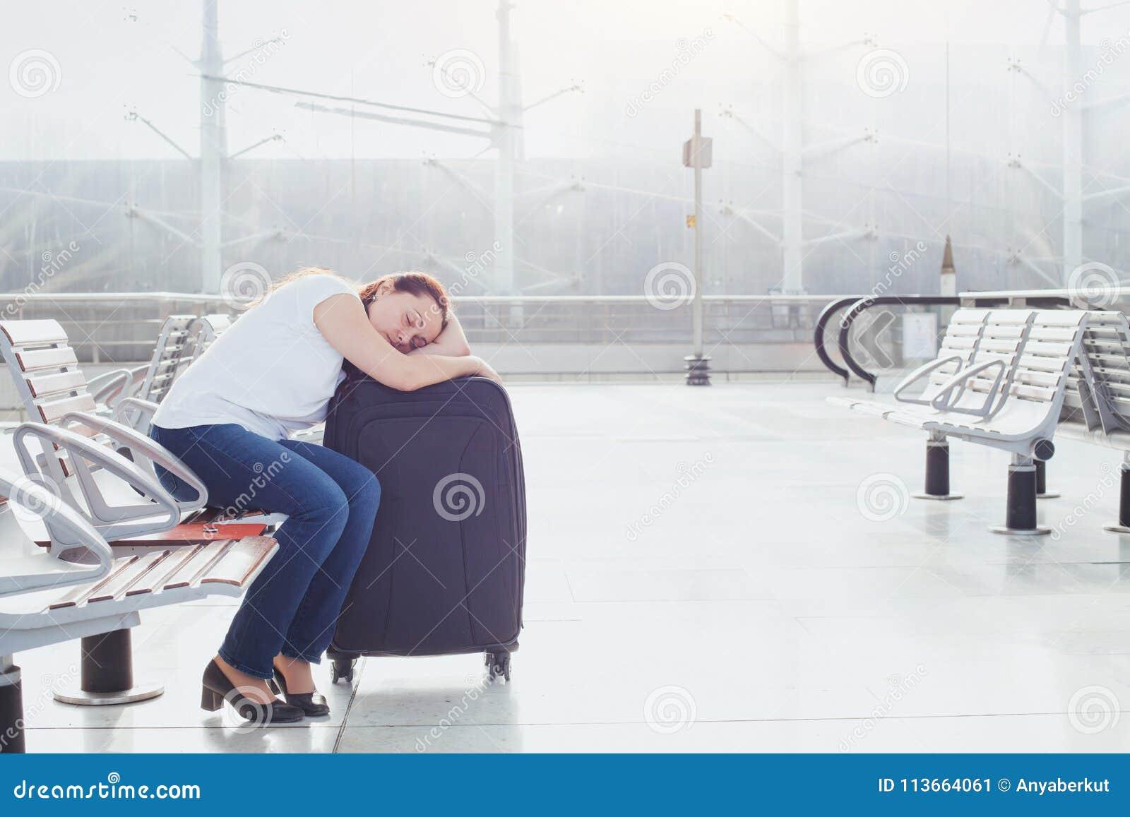 Kvinnapassagerare som sover i flygplatsen