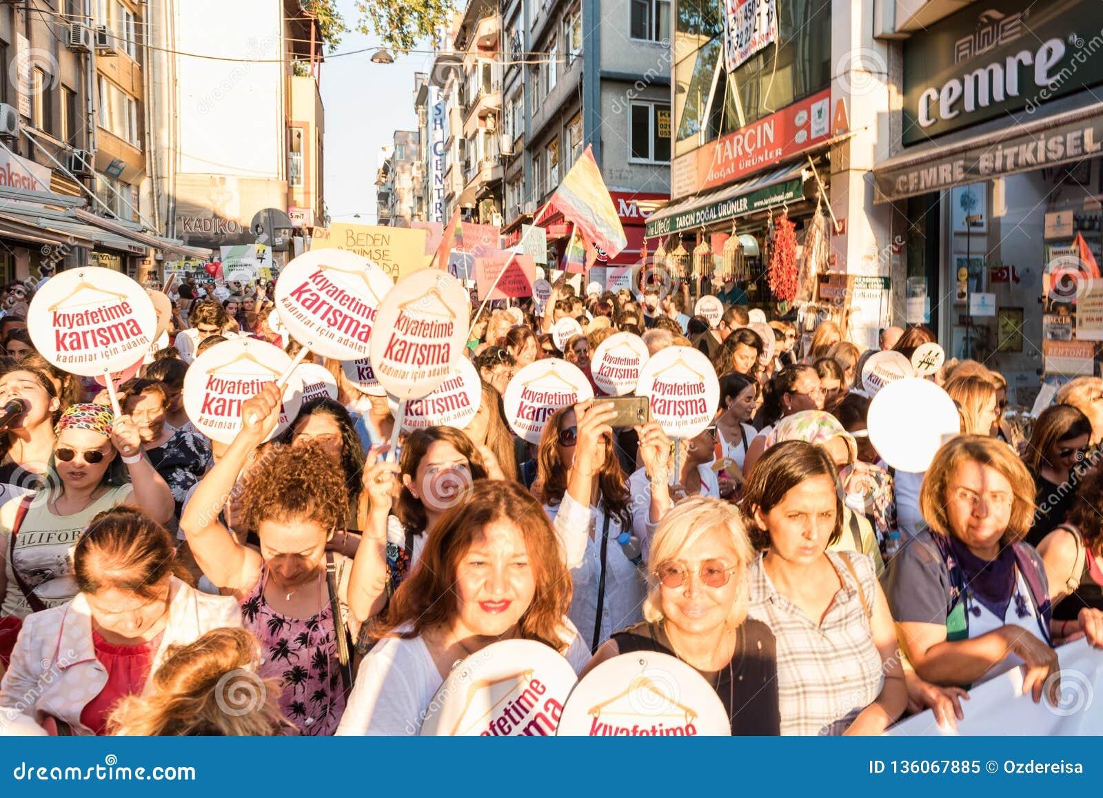 Kvinnapersoner som protesterar samlar i kadikoy mot störande kvinnakläder