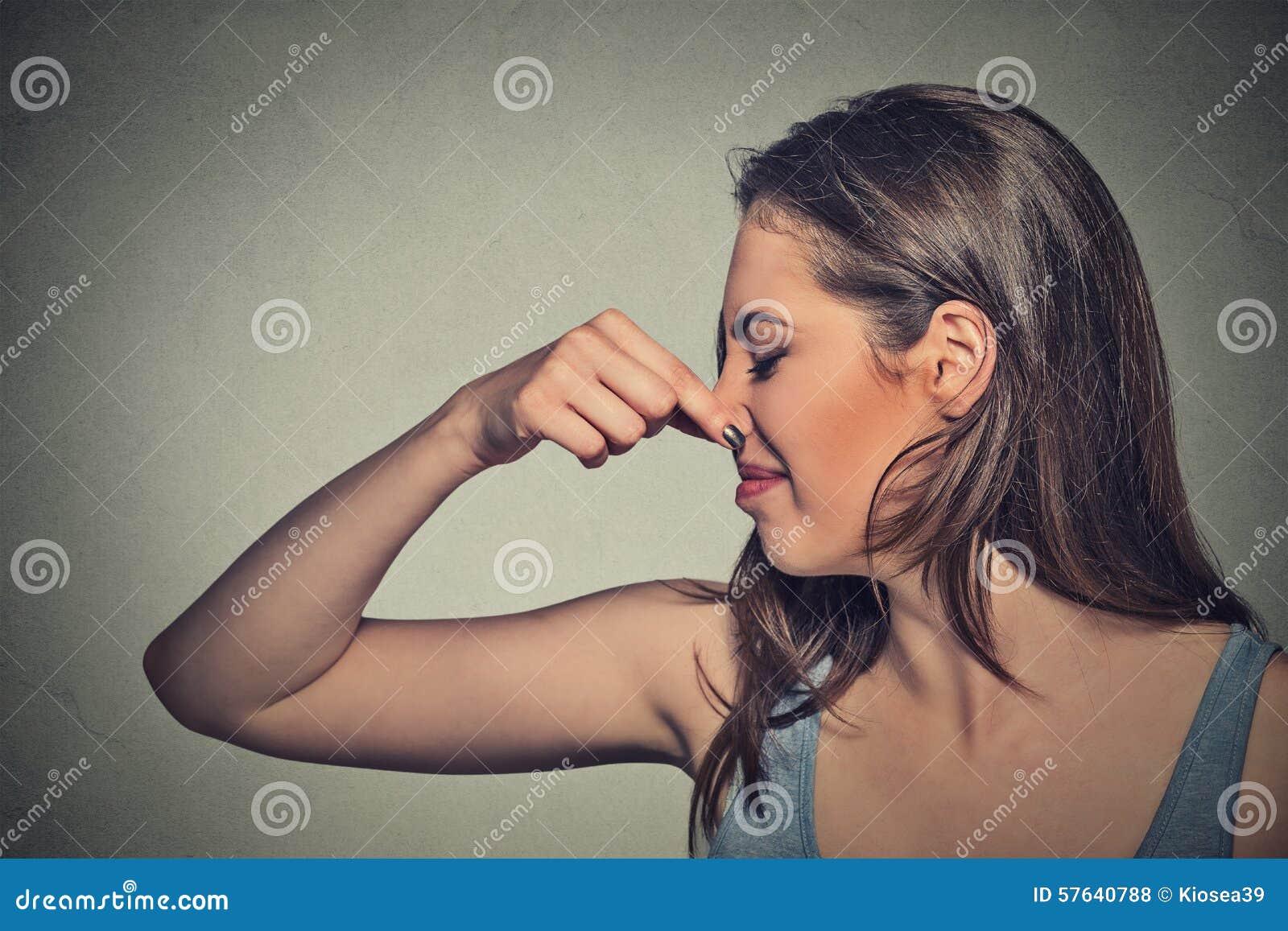 Kvinnarazzianäsan med fingerblickar med avsmak bort något stinker