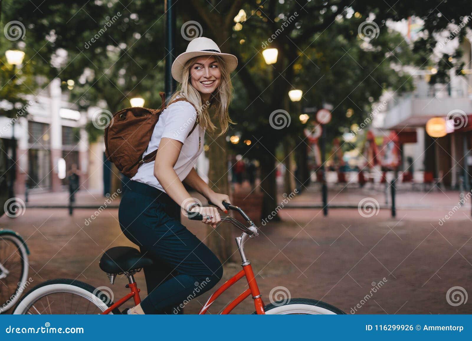 Kvinnaridningcykel i stad