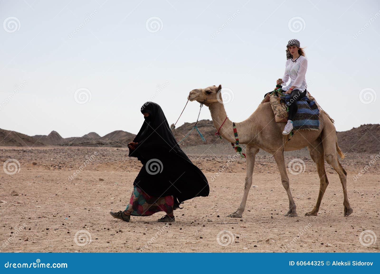 Kvinnaritt i kamelökenläge