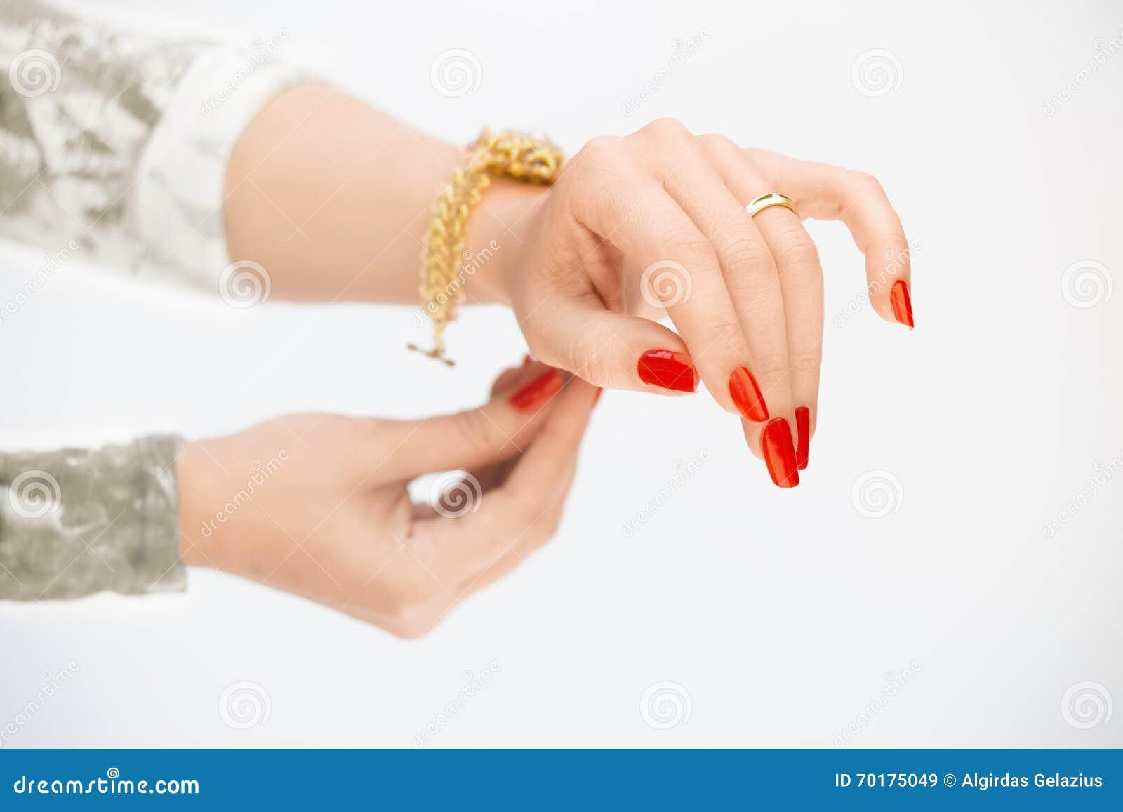 Kvinnas händer med cirklar och det gula armbandet