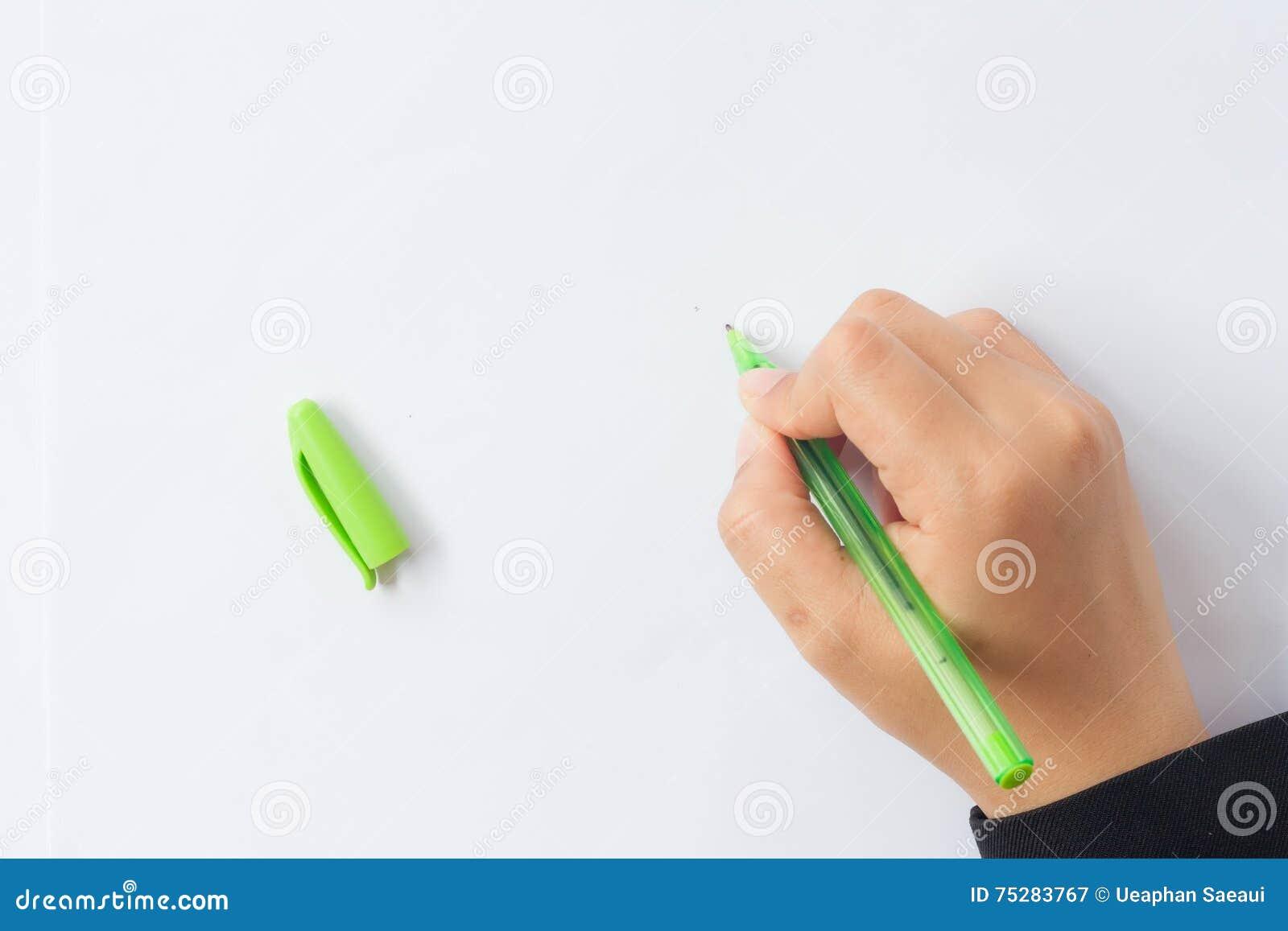 Kvinnas hand med pennan på en vit bakgrund