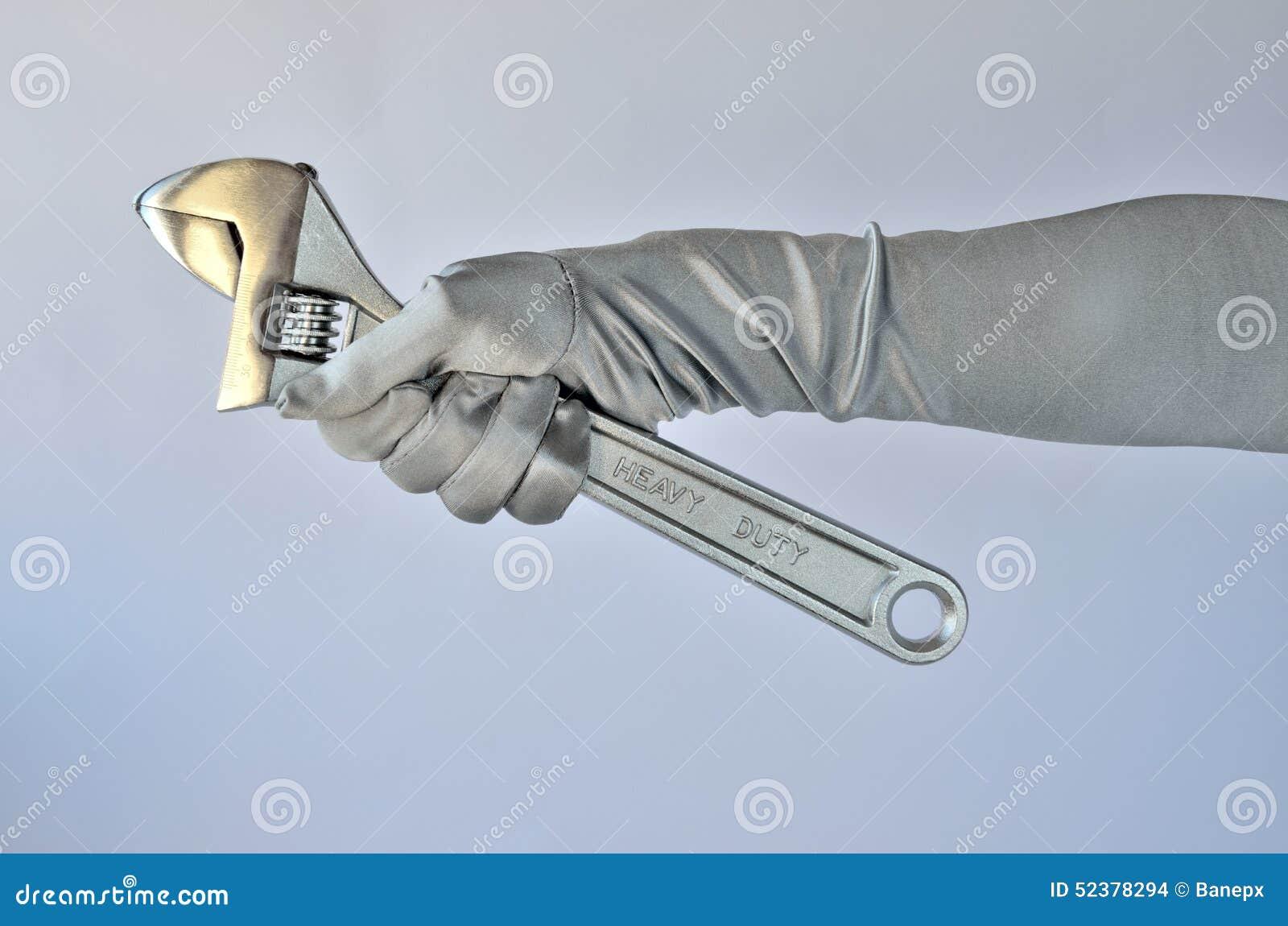 Kvinnas hand och skiftnyckel