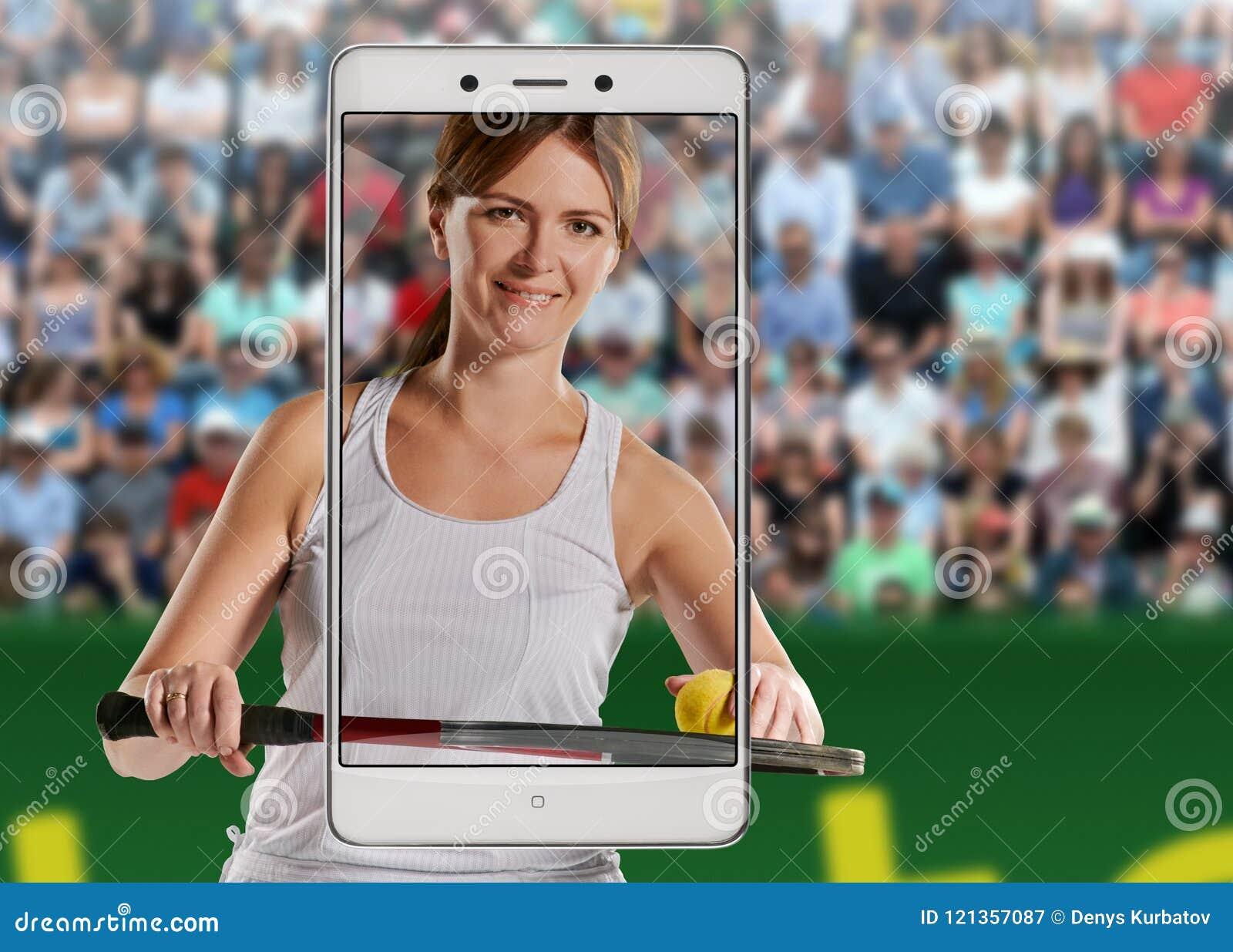 Kvinnas stående med en tennisracket och boll