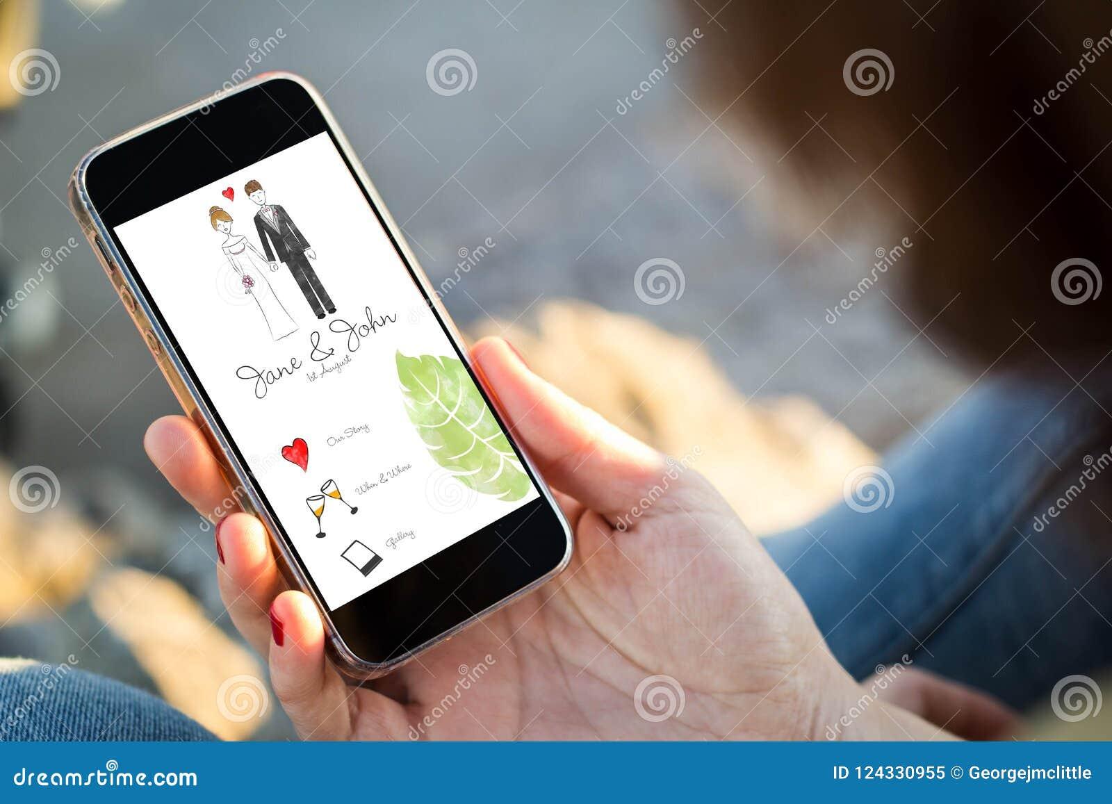 Kvinnasammanträde i gatan som rymmer hennes smartphone med bröllop