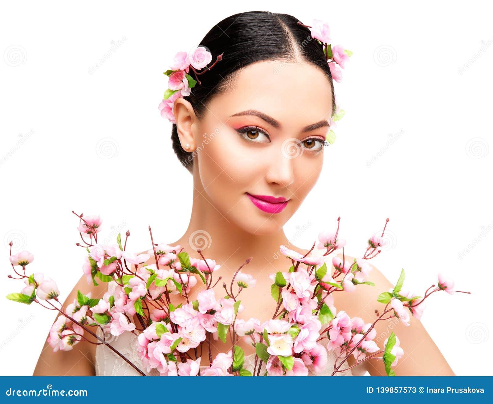 Kvinnaskönhetmakeup i Sakura Flowers, modemodell Studio Portrait, härlig flicka, Whte