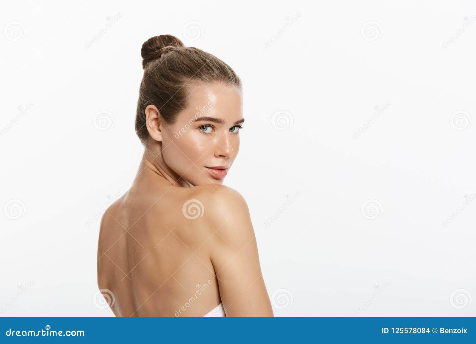 Kvinnaskönhetmakeup, naturligt framsidasmink, kropphudomsorg, härlig modell Touching Neck Chin