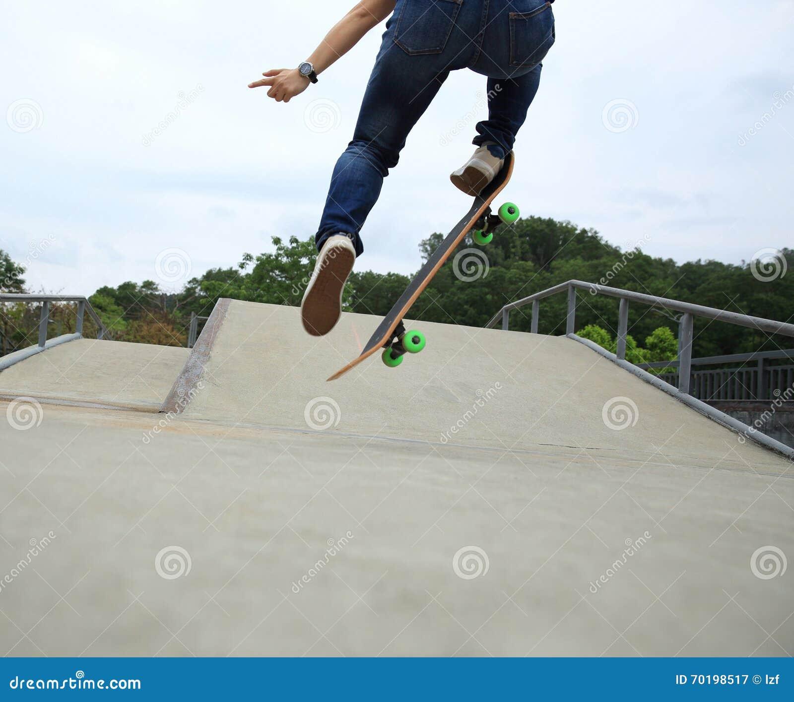 Kvinnaskateboarder som skateboarding på skatepark