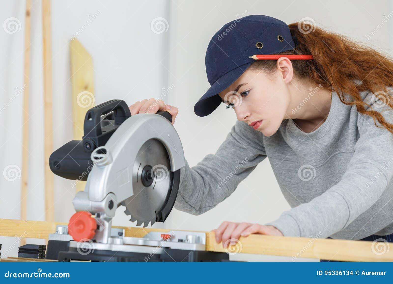 Kvinnasnickare som gör jobb