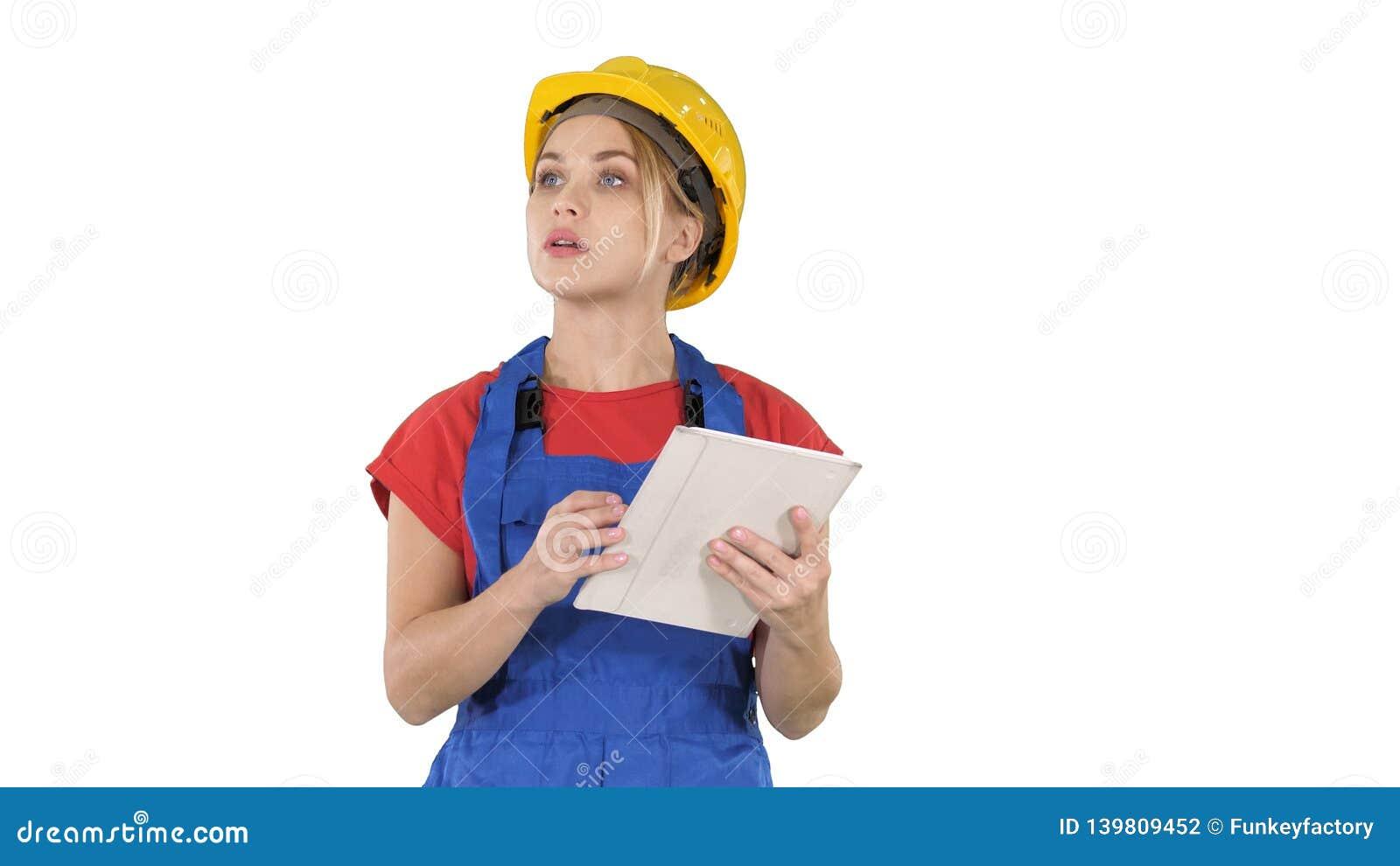 Kvinnatekniker som kontrollerar byggande plan på touchpad och ser objekt, byggnader runt om henne på vit bakgrund