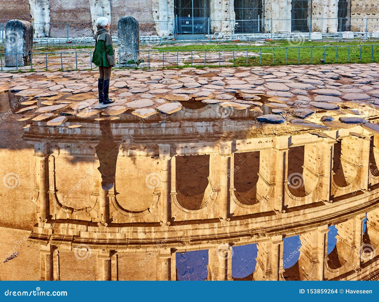 Kvinnaturist nära i Rome, Italien