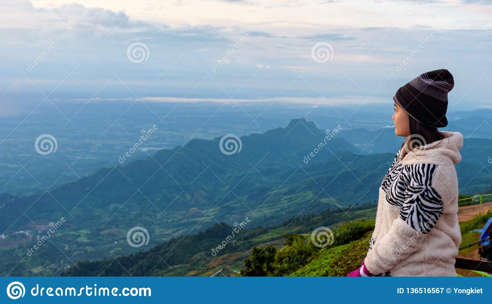 Kvinnaturist som håller ögonen på soluppgången