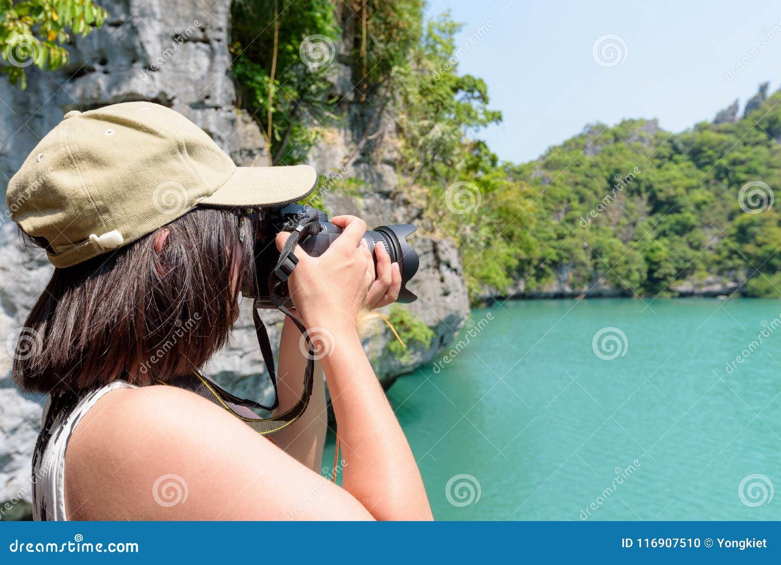 Kvinnaturisten på Thale Nai som tar foto, slösar lagun