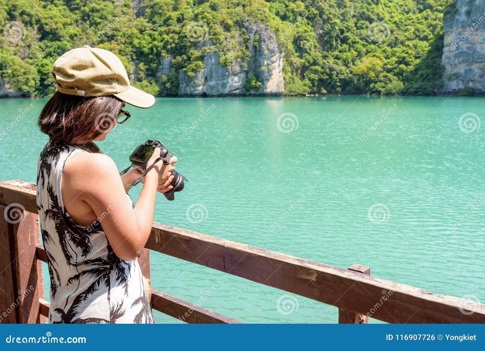 Kvinnaturisten som tar foto, slösar lagun