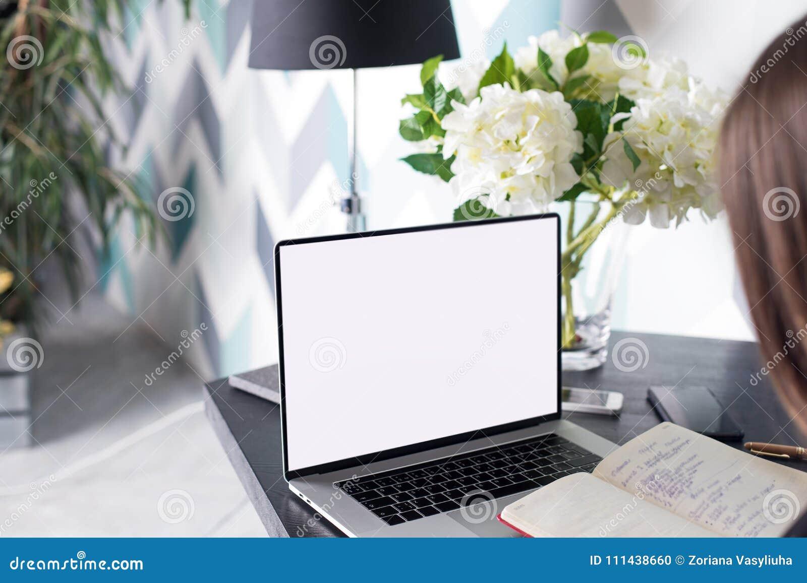 Kvinnauniversitetsstudent som lär direktanslutet genom att använda läroboken och den bärbara netto-boken med åtlöje upp den tomma