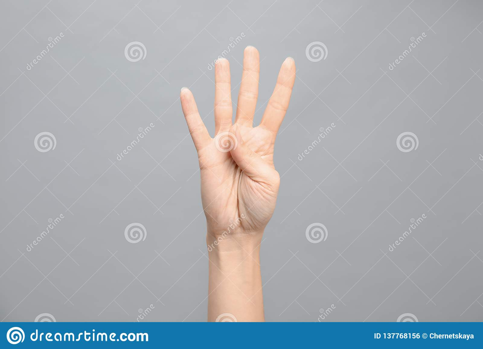 Kvinnavisning nummer fyra på grå bakgrund Teckenspråk