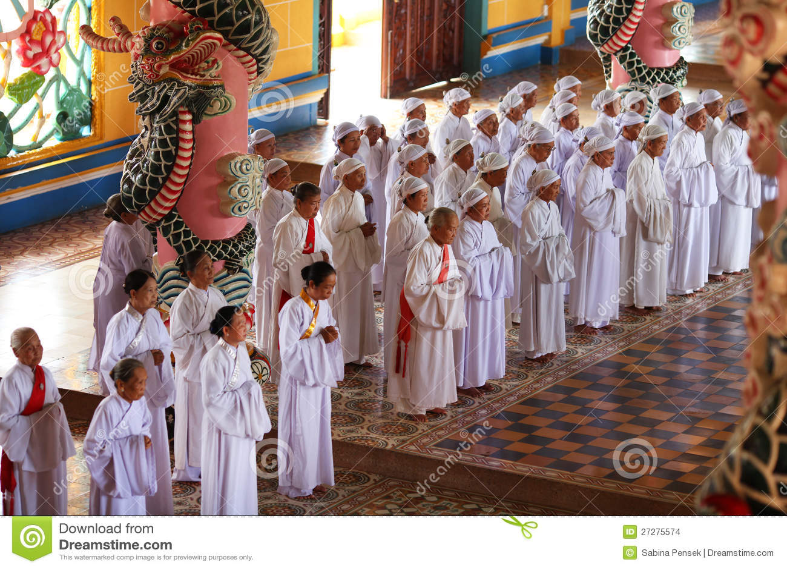 Kvinnaworshippers som ber på tempelet av Cao Dai