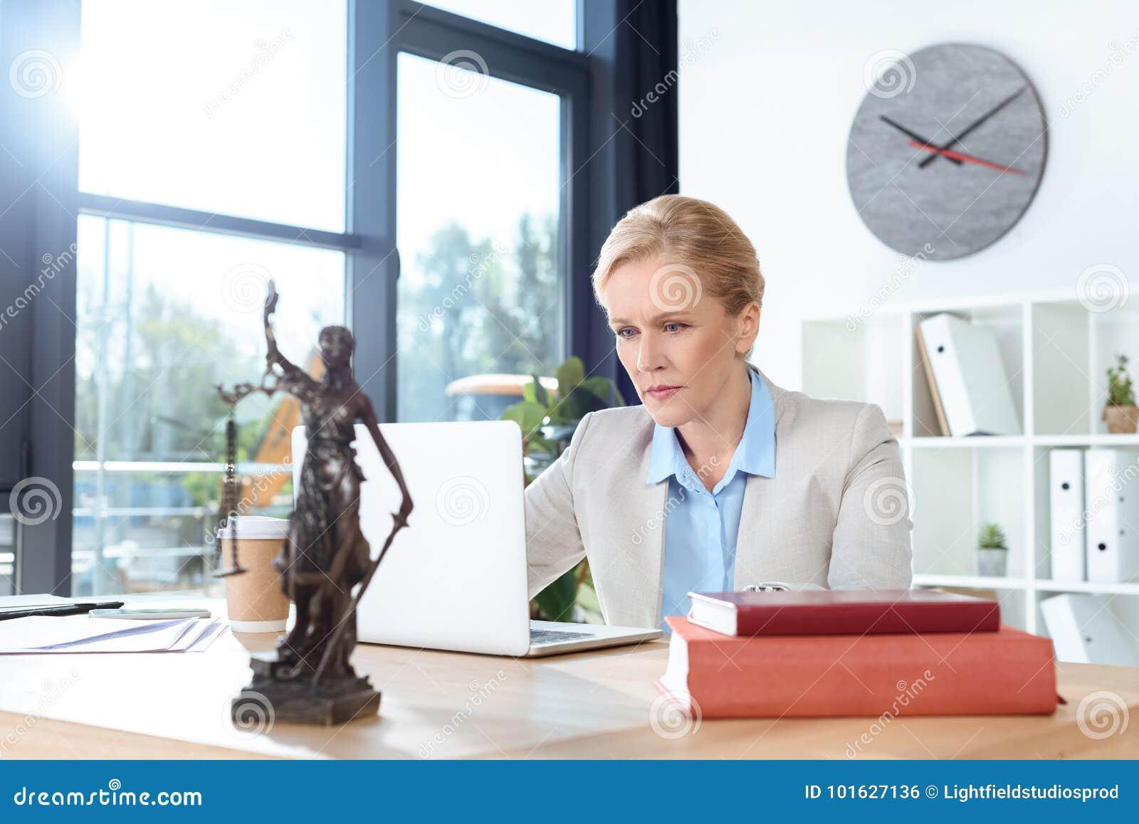 Kvinnlig advokat som arbetar med bärbara datorn
