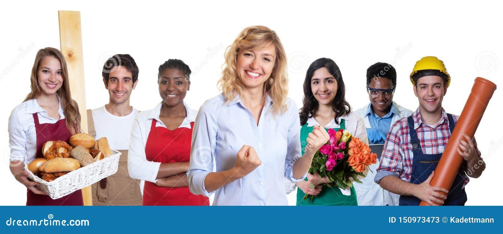 Kvinnlig affärsdeltagare i utbildning med gruppen av andra internationella lärlingar