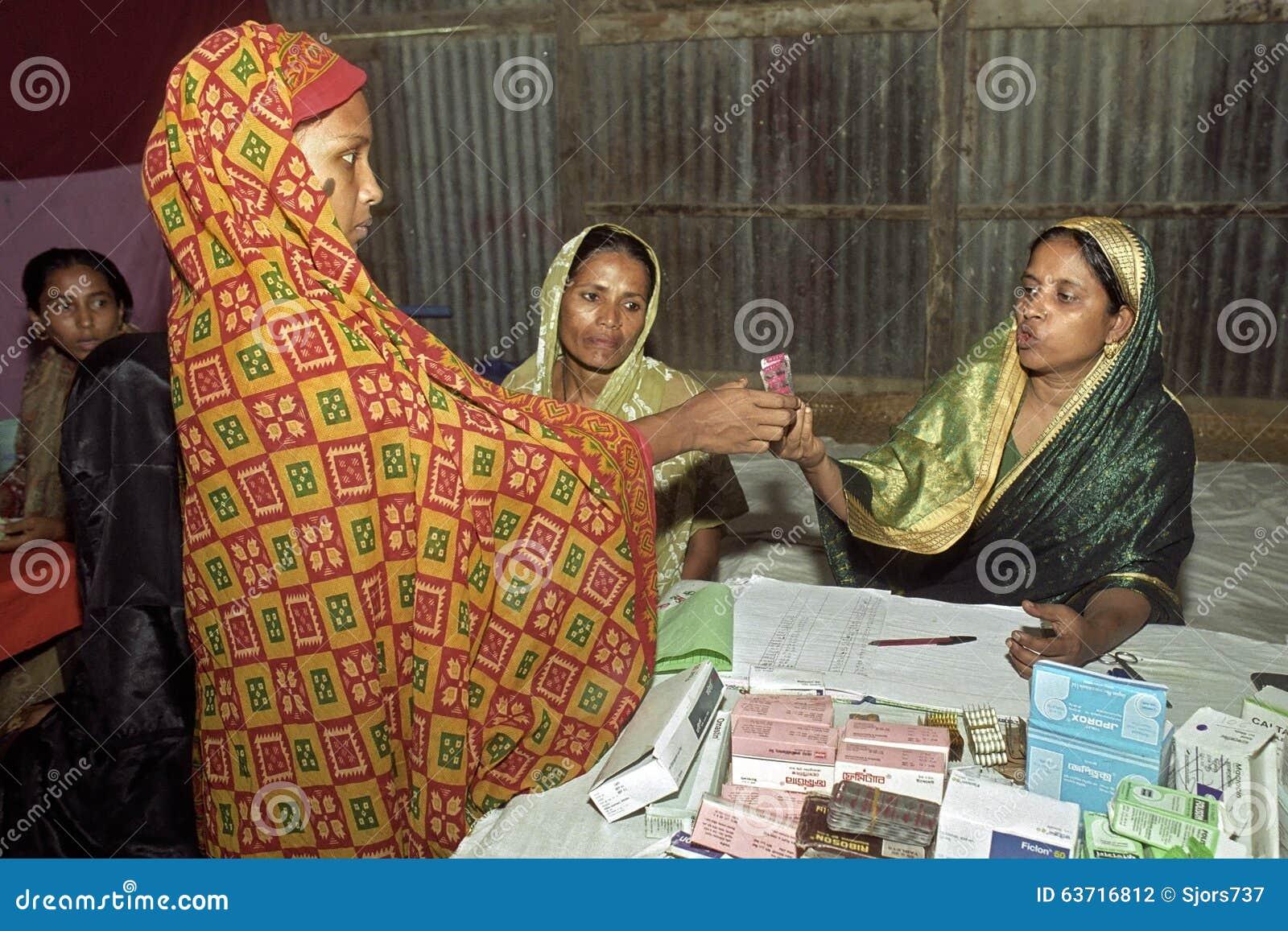 Kvinnlig apotekare som ger mediciner till kvinnan