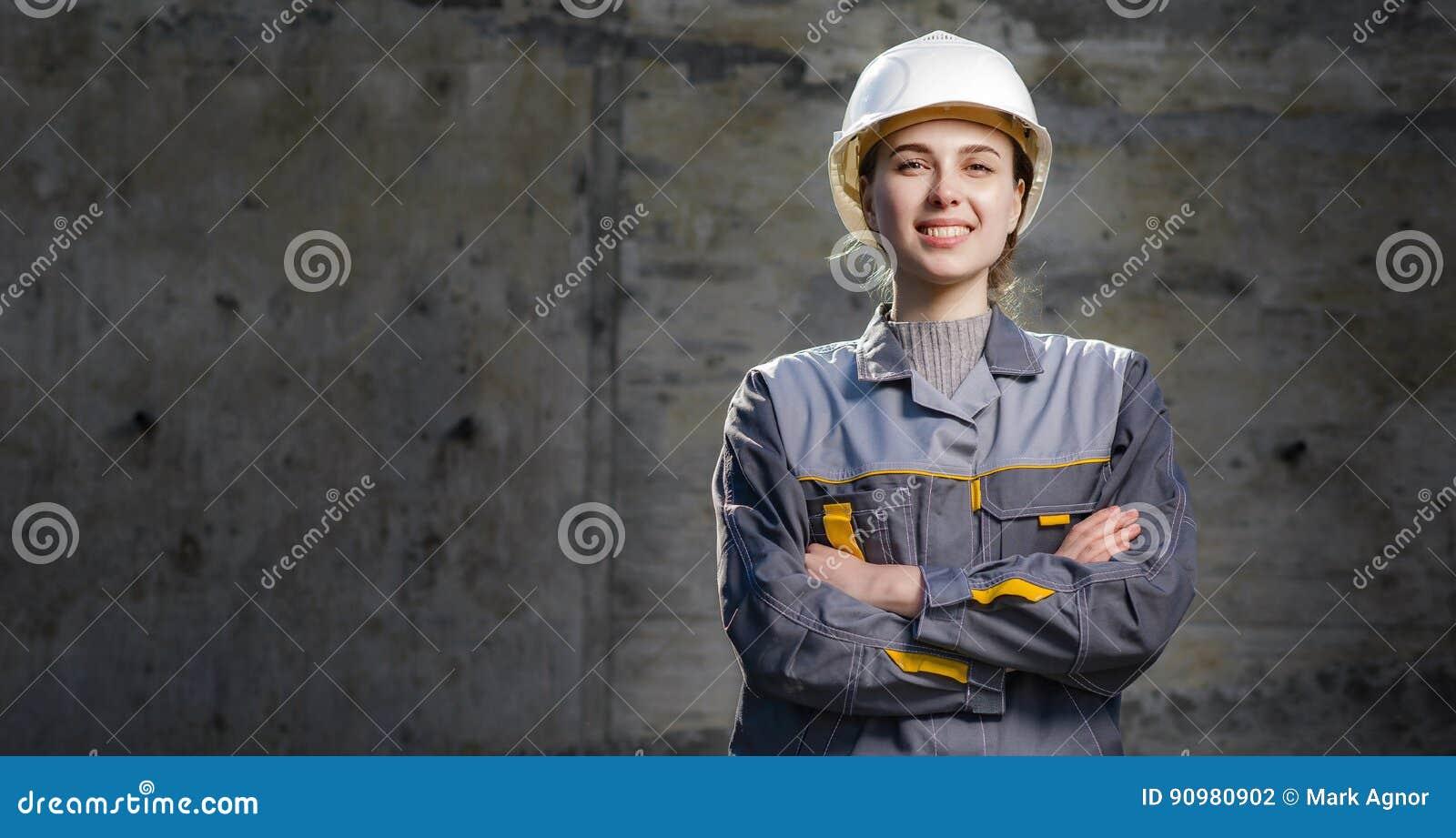 Kvinnlig arbetare på en konstruktion
