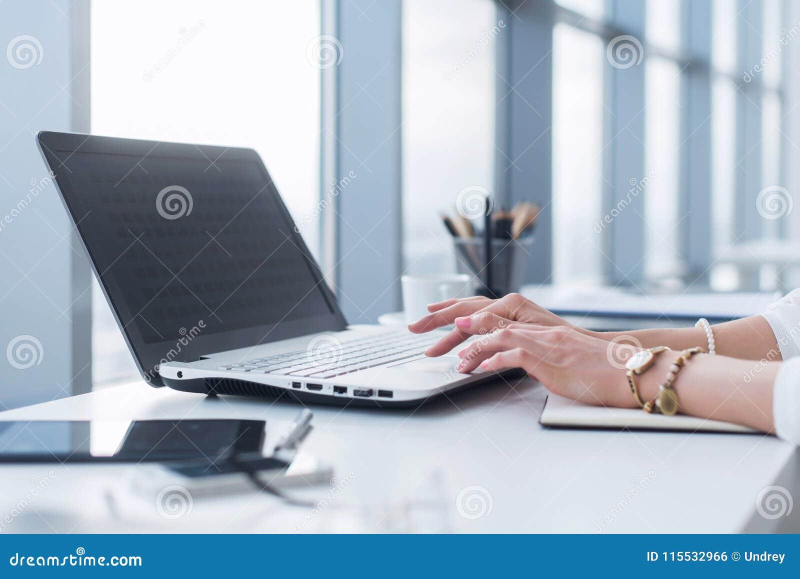 Kvinnlig arbetare som i regeringsställning använder bärbara datorn och att arbeta med nytt projekt Kvinna som hemma blogging som