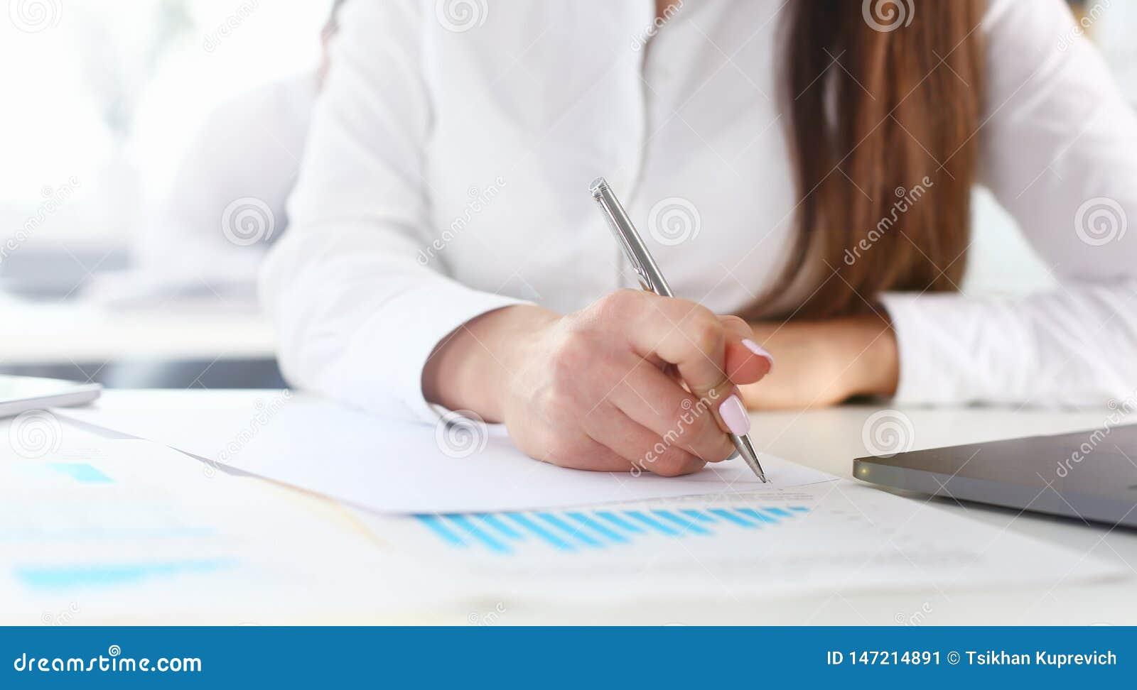 Kvinnlig arm i penna och block f?r dr?kth?llsilver