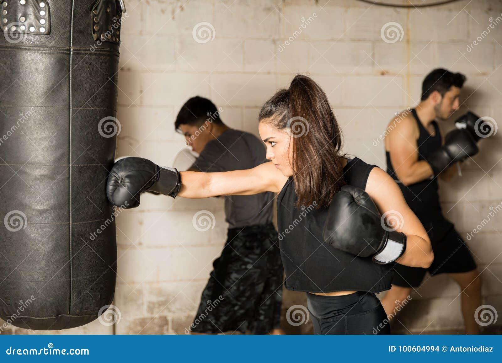 Kvinnlig boxareutbildning i en idrottshall