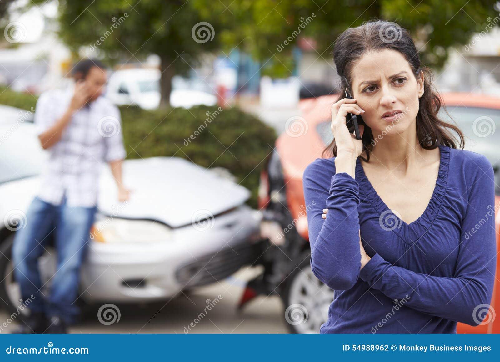 Kvinnlig chaufför Making Phone Call efter trafikolycka