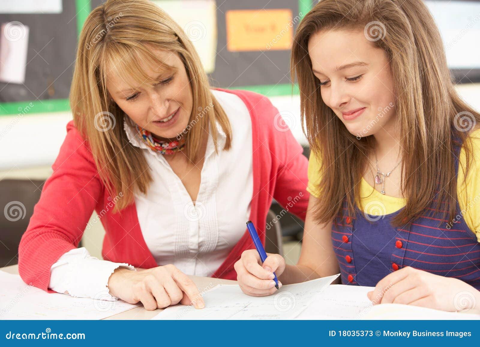 Kvinnlig deltagare som studerar den tonårs- lärare