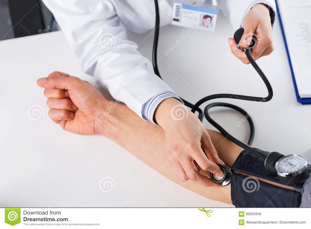 Kvinnlig doktor Checking Blood Pressure av tålmodign