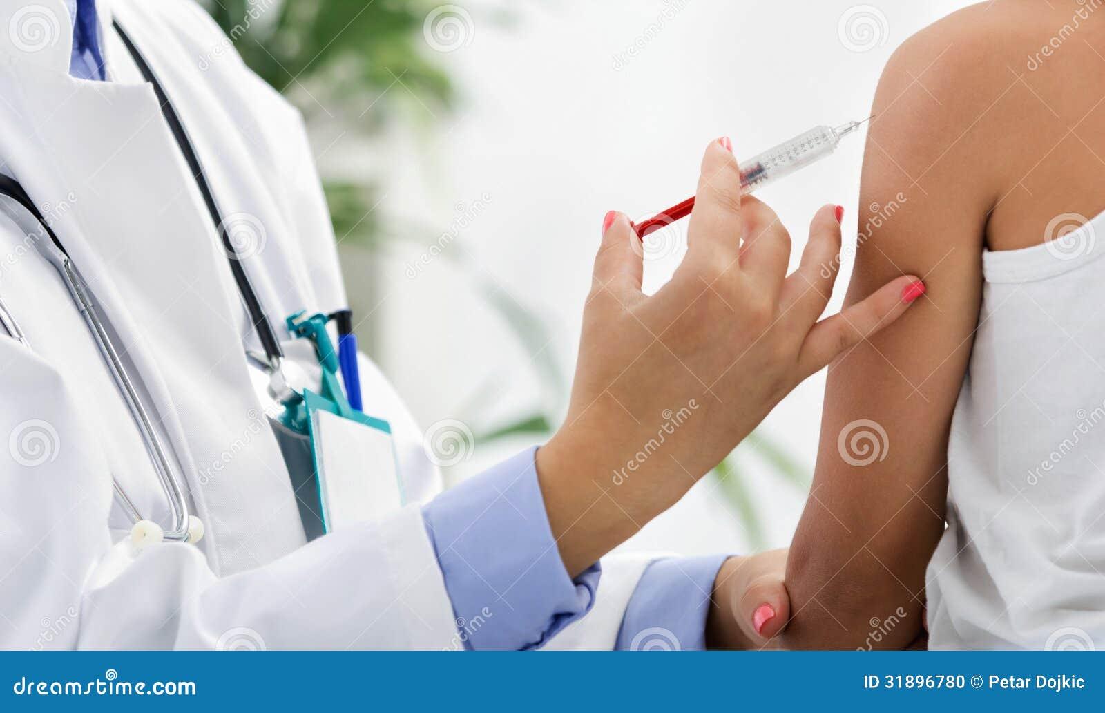 Kvinnlig doktorsdanandeinjektion till pysen