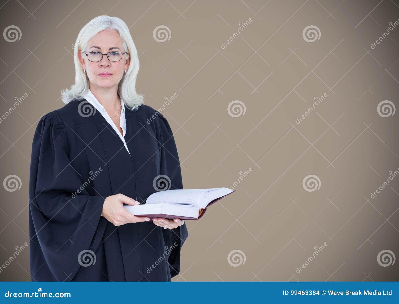 Kvinnlig domare med den öppna boken mot brun bakgrund