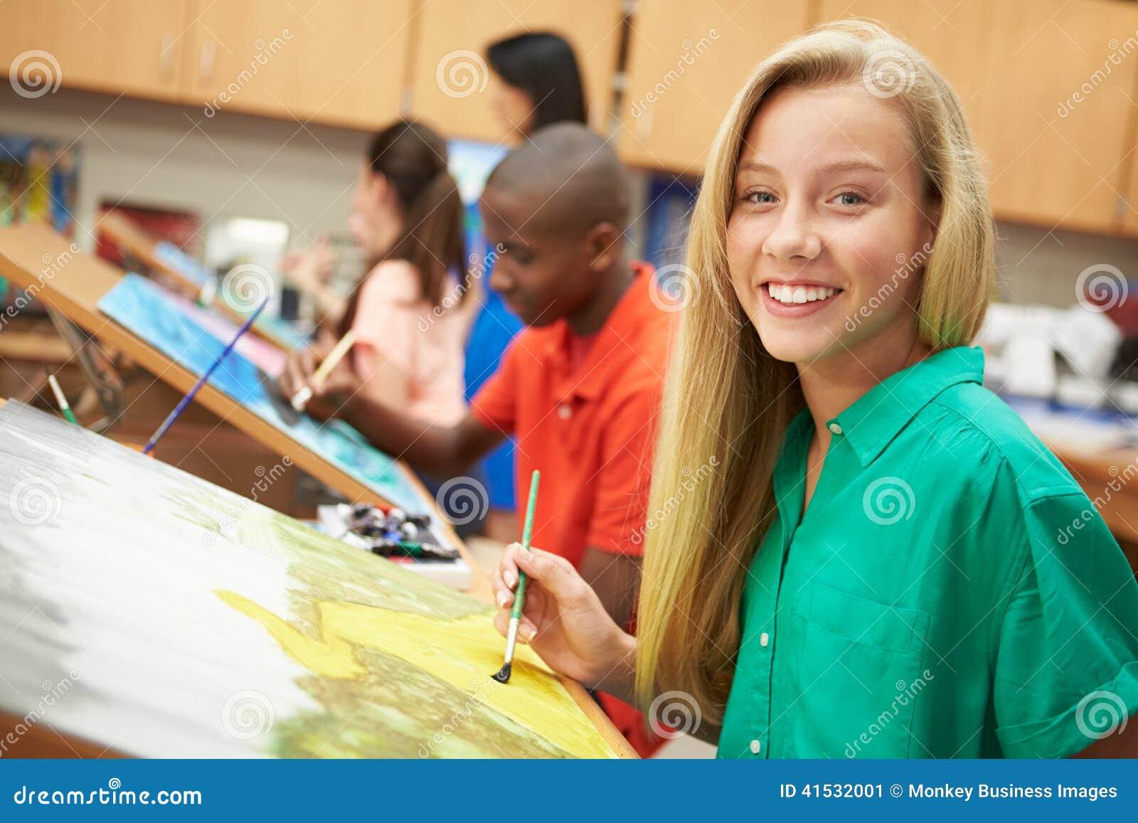 Kvinnlig elev i högstadiet Art Class