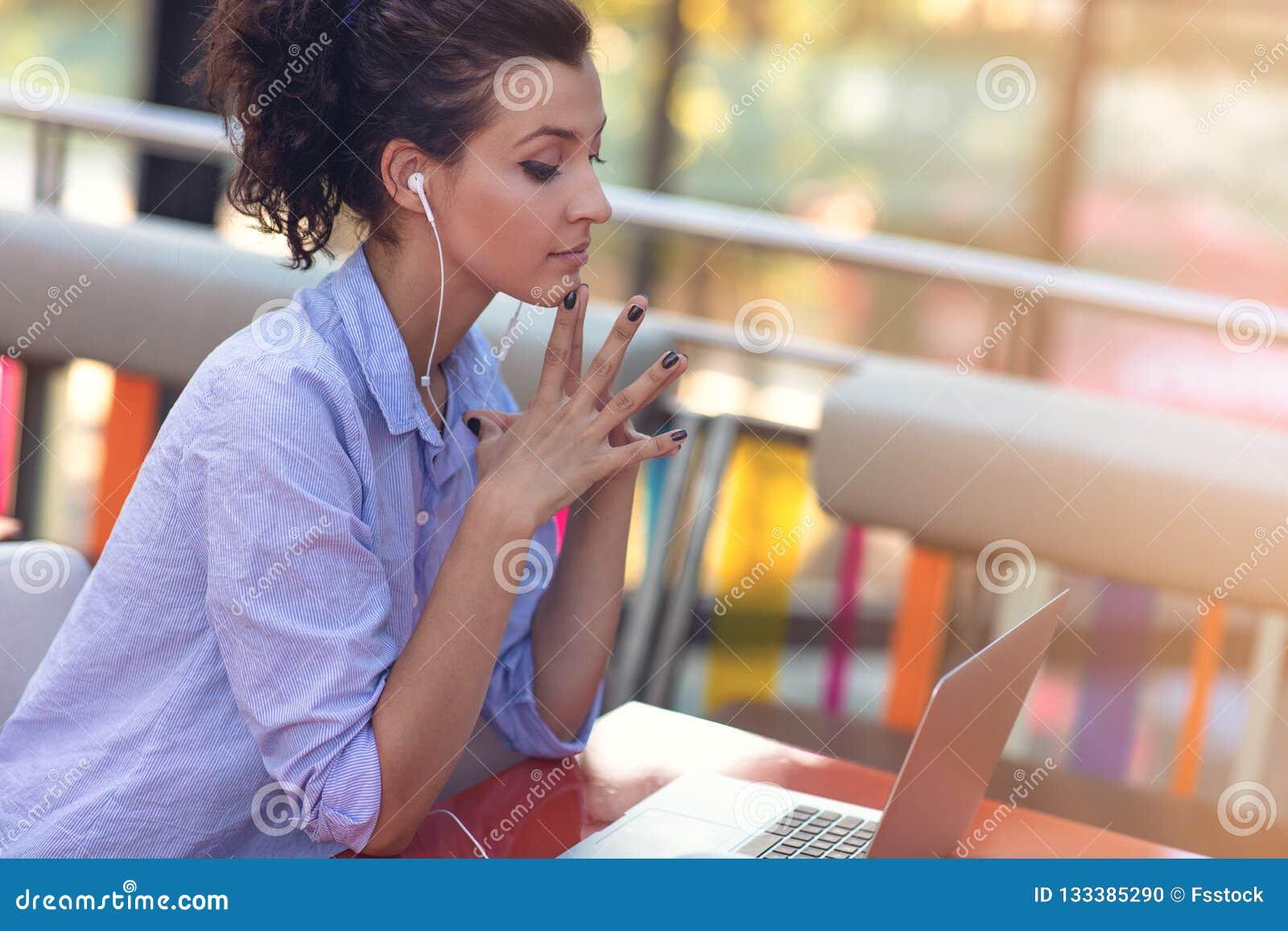 Kvinnlig för blandat lopp som utför affärsförhandlingar på video pratstund Telecommutingbegrepp