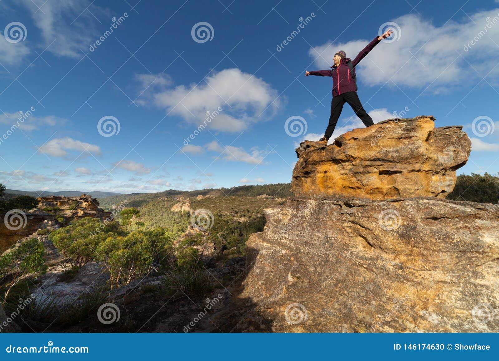 Kvinnlig fotvandrare överst av pagoder, når att ha klättrat upp med sikter