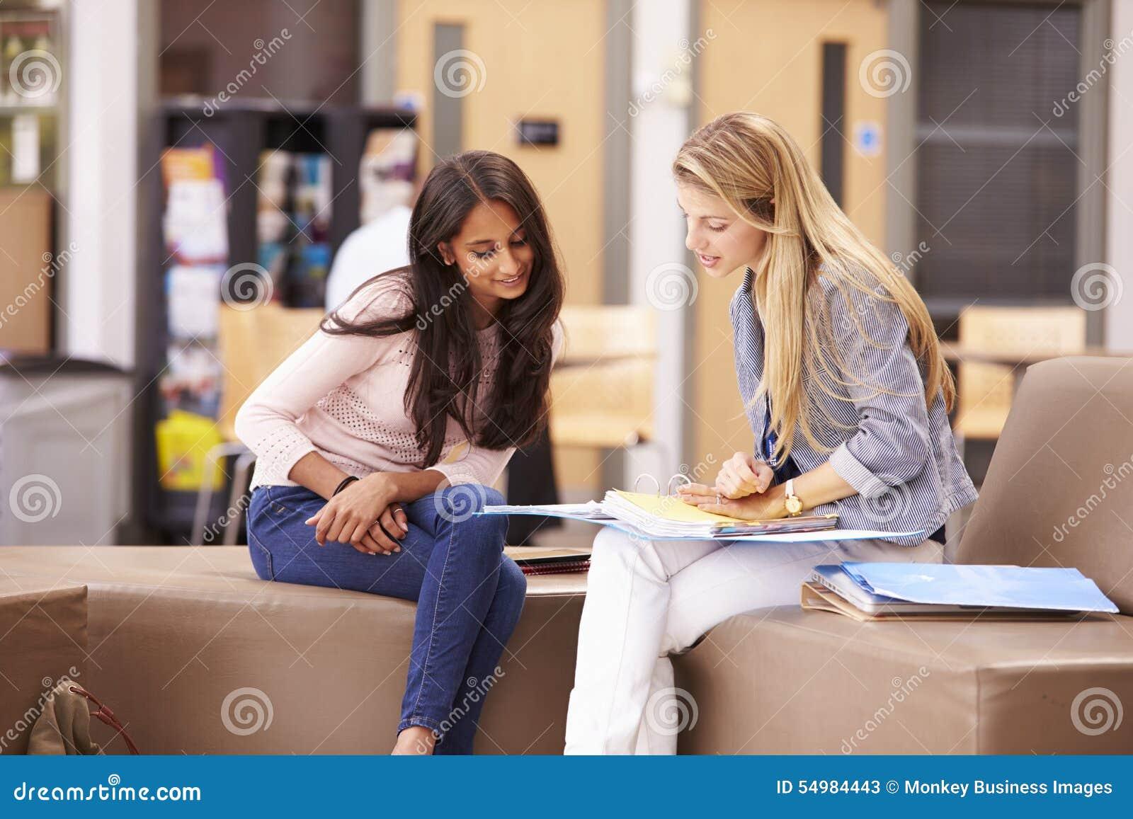 Kvinnlig högskolestudent Working With Mentor