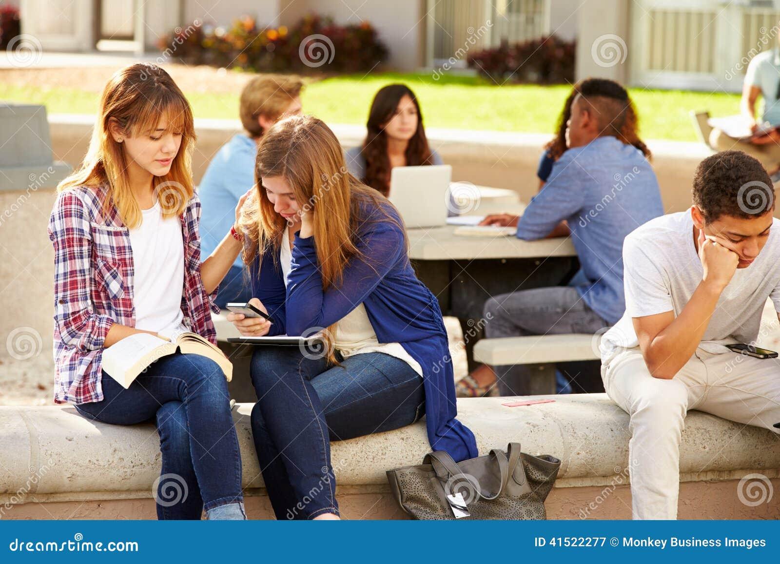 Kvinnlig högstadiumstudent Comforting Unhappy Friend