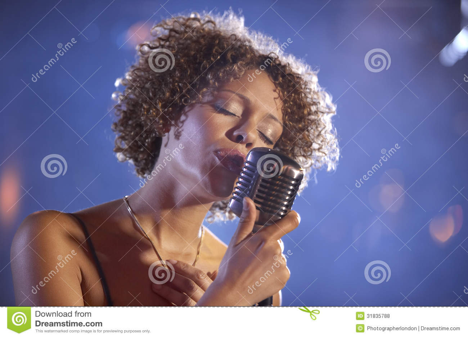 Kvinnlig Jazz Singer On Stage