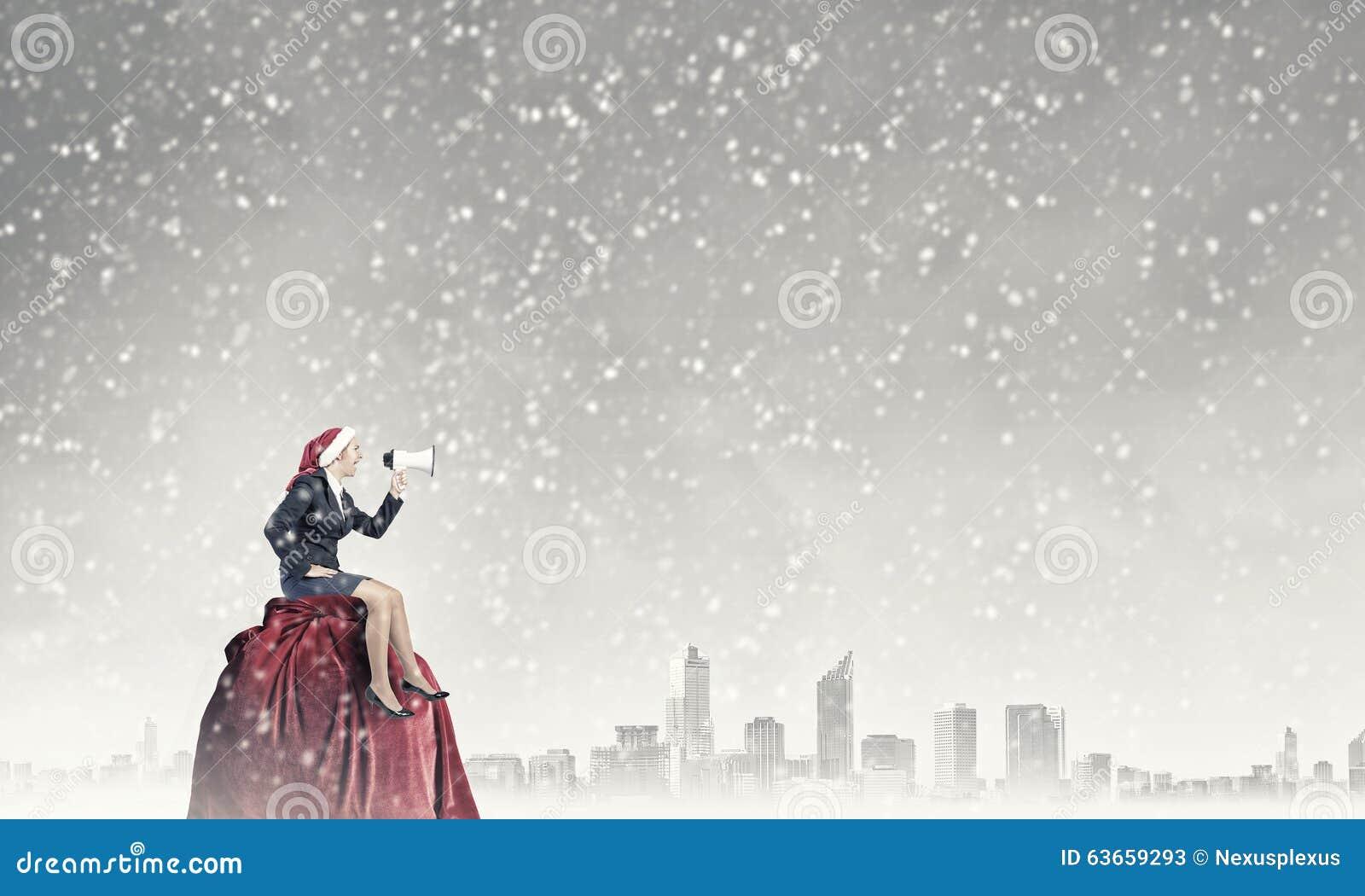 Kvinnlig jultomten som gör meddelande