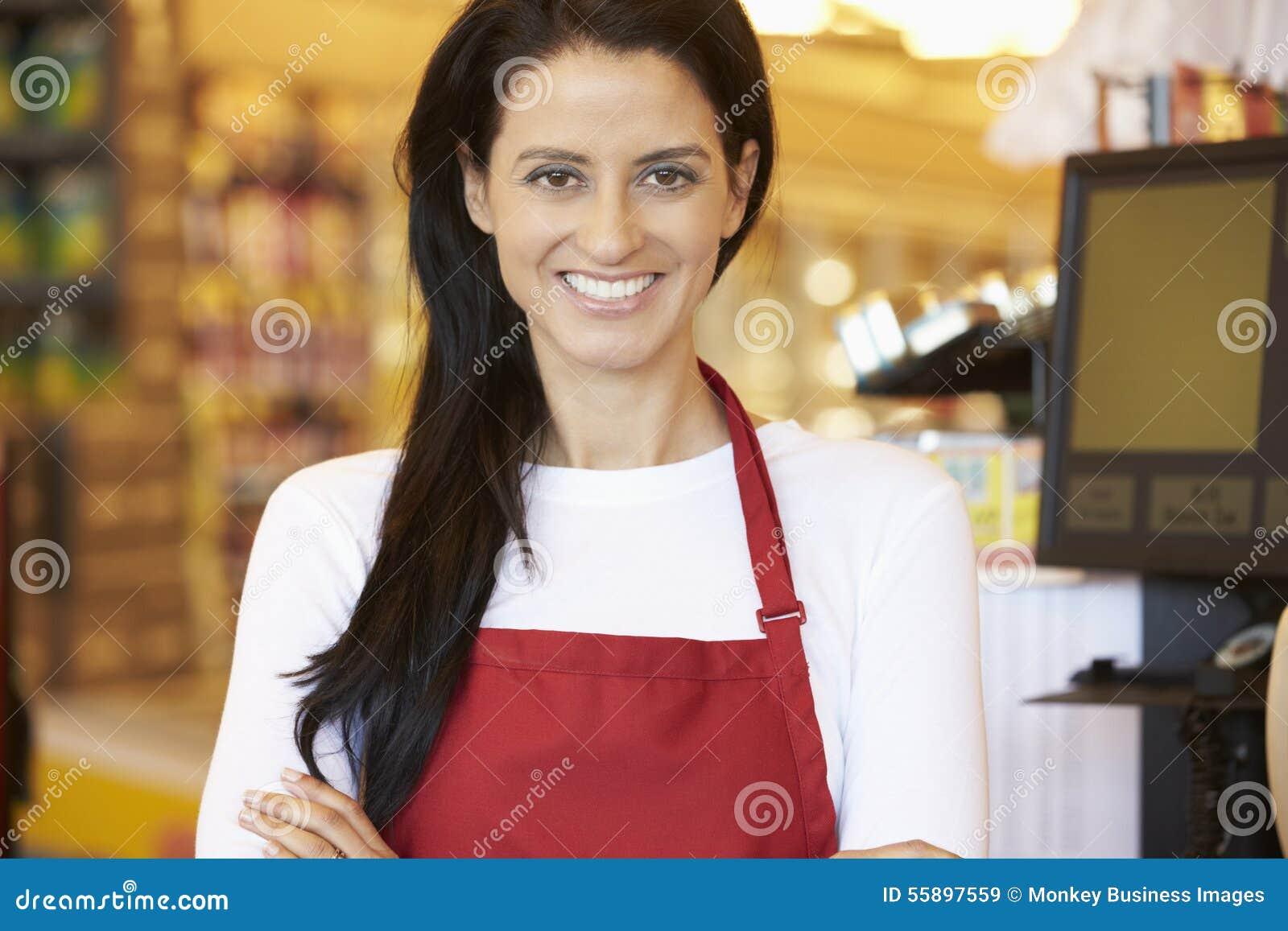 Kvinnlig kassörska At Supermarket Checkout