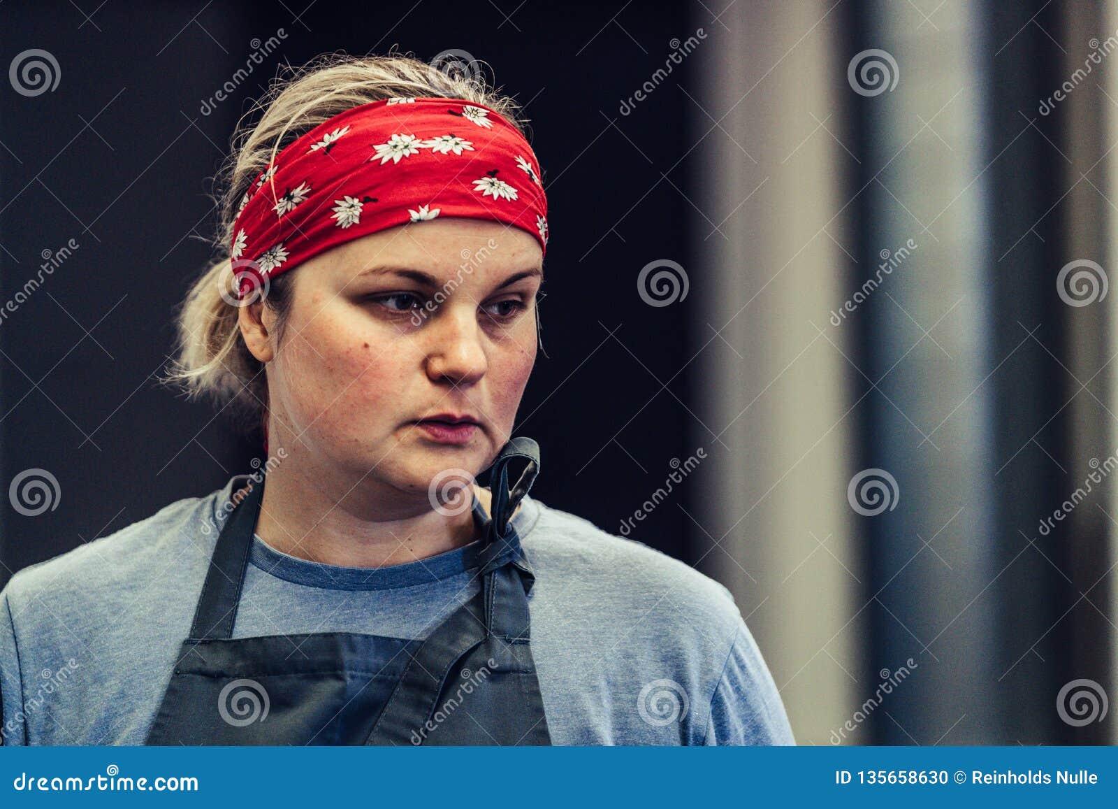 Kvinnlig kock Taking ett avbrott från den frustrerade målförberedelsen -, bekymrat, begrepp av en hård funktionsduglig person