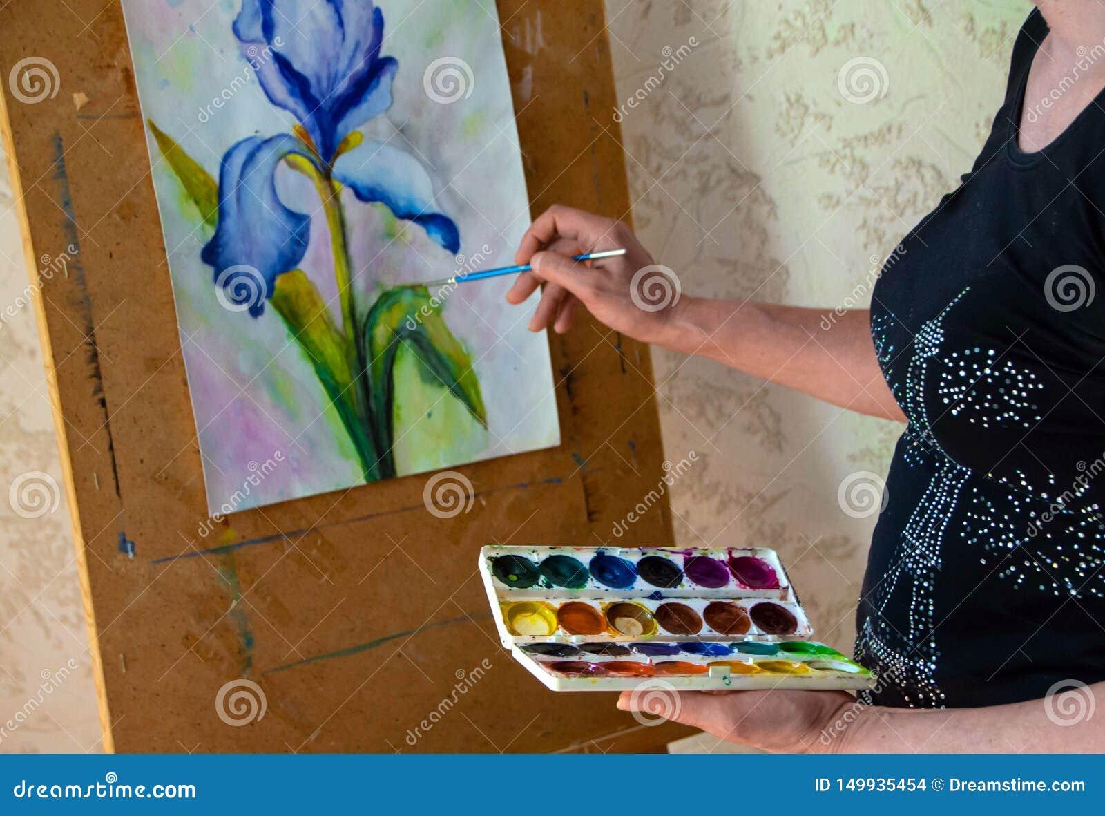 Kvinnlig konstnärmålning på kanfas i seminarium på