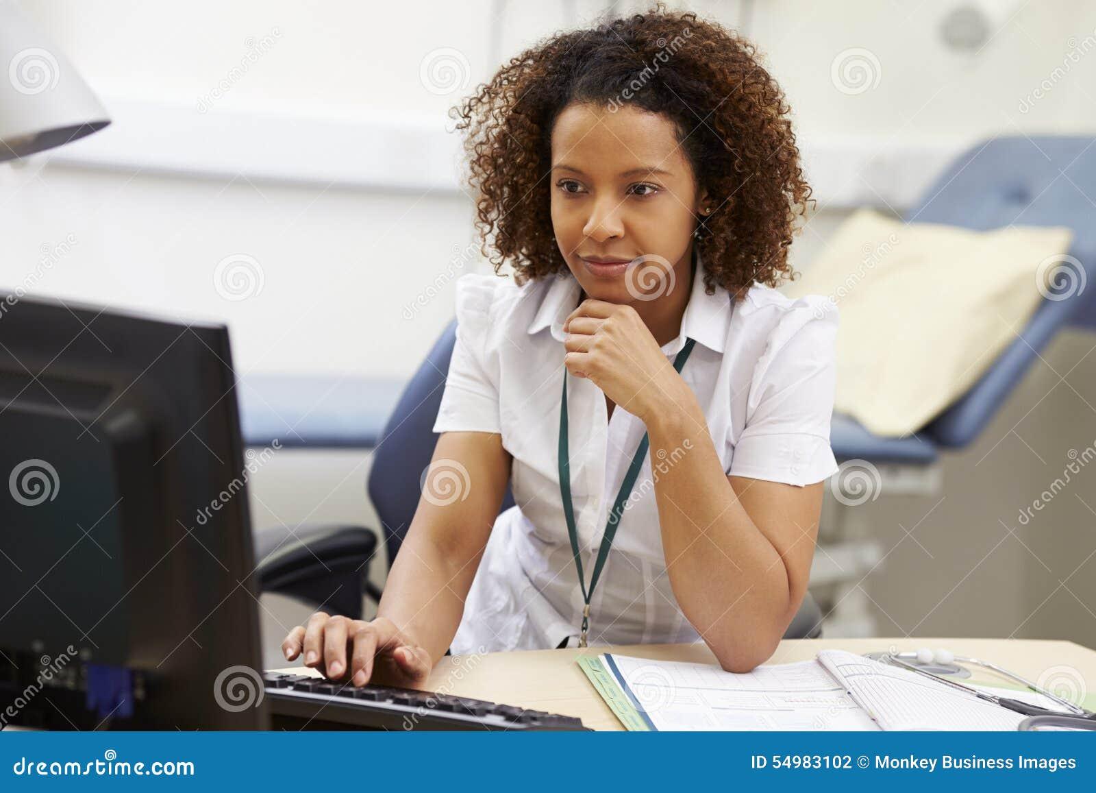 Kvinnlig konsulent Working At Desk i regeringsställning