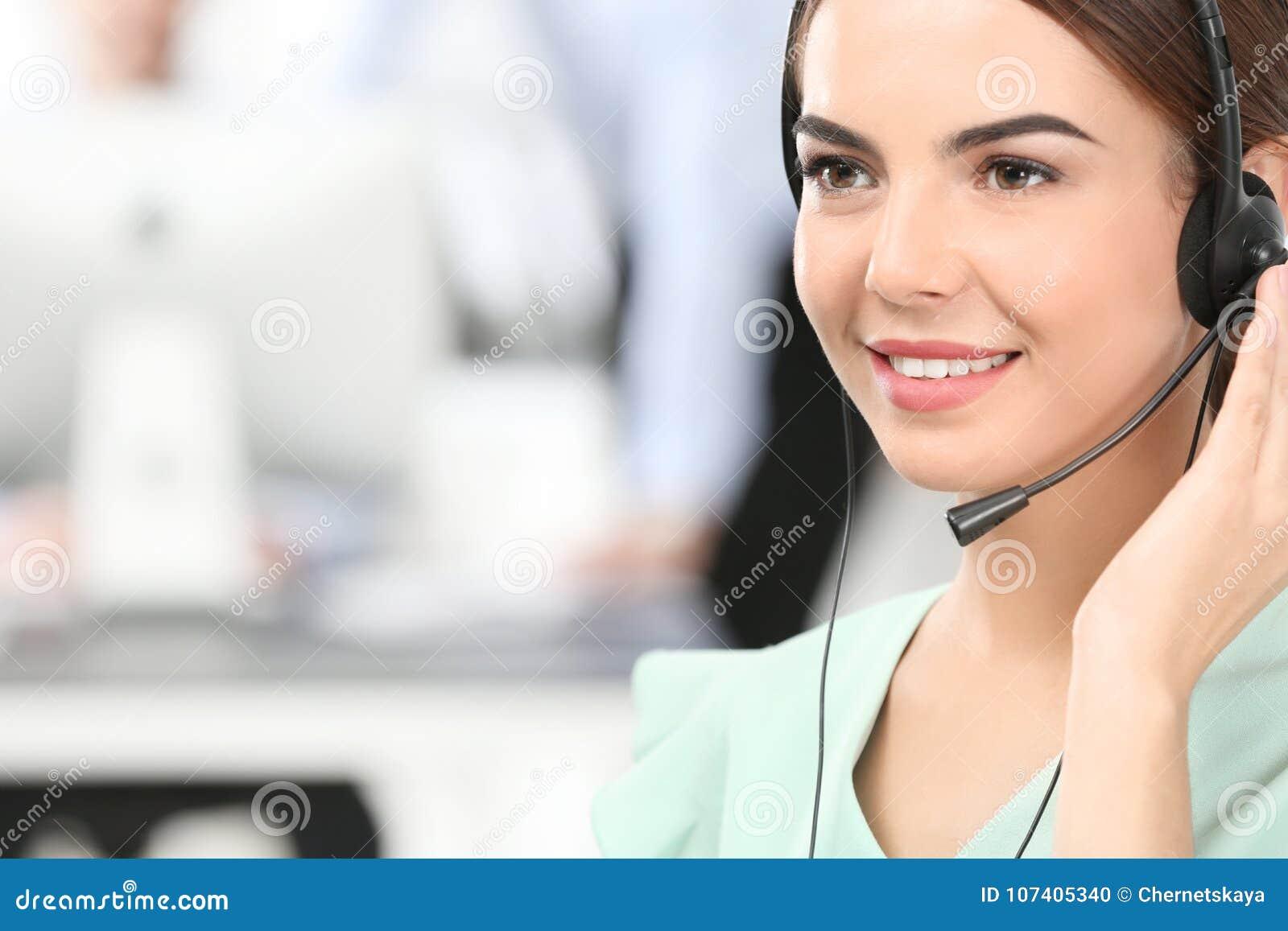 Kvinnlig konsulterande chef med hörlurar med mikrofon