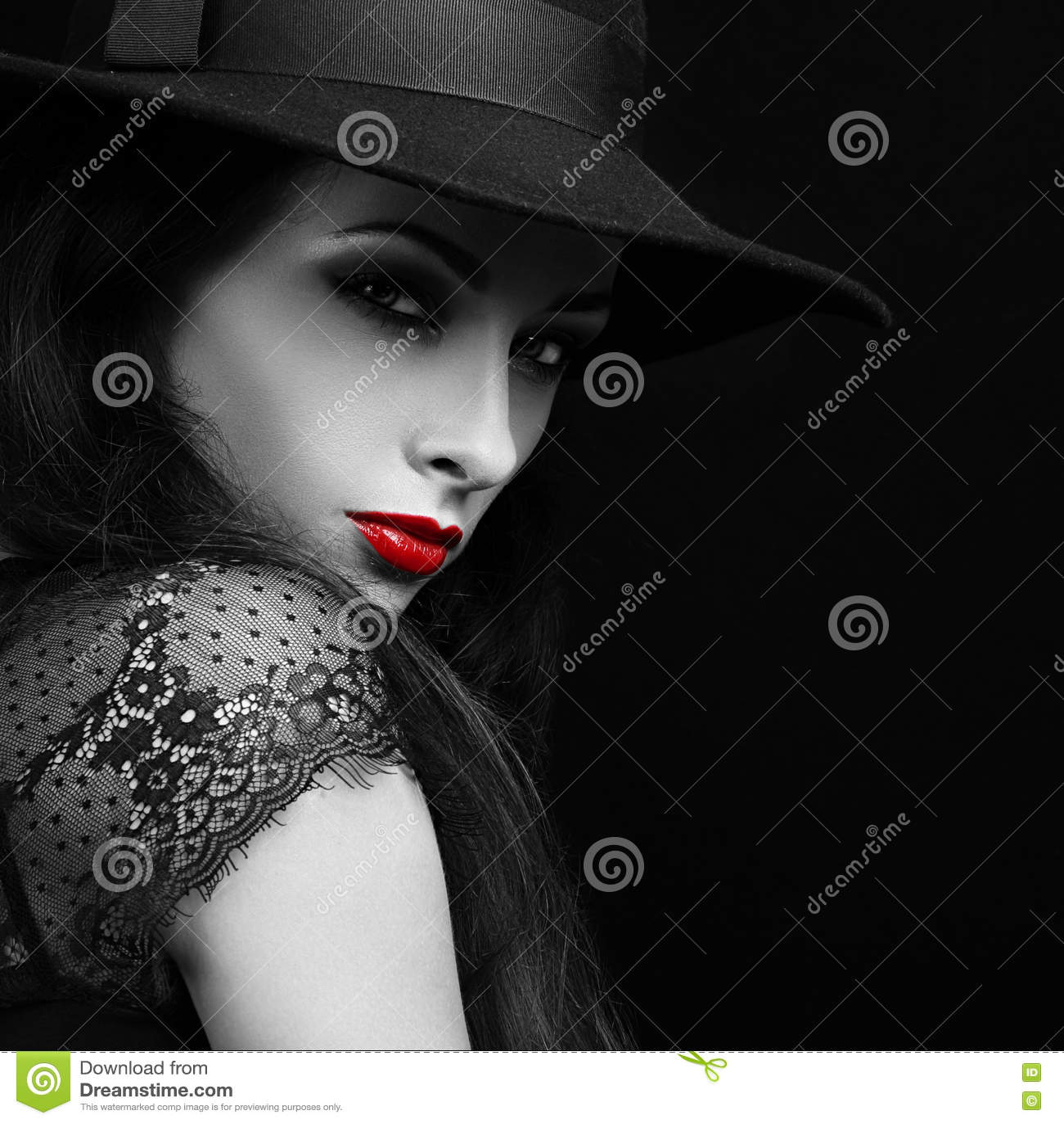 Kvinnlig modell för härlig uttrycksfull ljus makeup med den glödheta kanten